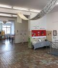 Der mehrfach unterteilte Ausstellungsraum zum Eingang hin blickend